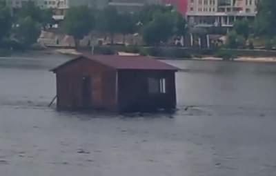 Без людей всередині: в Києві помітили будинок-привид, що дрейфує Дніпром – відео