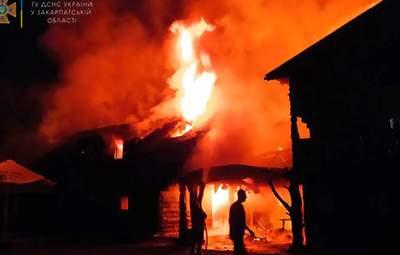 Блискавка влучила в будинок: на Закарпатті спалахнула пожежа на базі відпочинку
