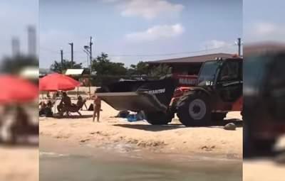 На побережье Азовского моря подтянули строительную технику: она зачищает пляж от мертвых медуз