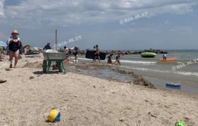 """""""Братская могила"""" для медуз: в курортной Кирилловке туристка провалилась в яму на пляже"""