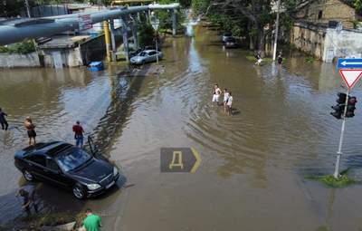 Потоп у Одесі: тіло людини начебто віднесло потоком води в море – відео 18+