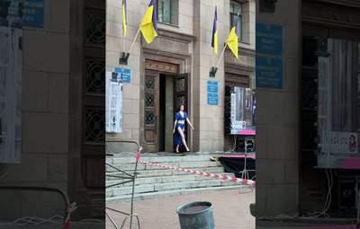 Кращого місця не знайшлося: у Миколаєві показ мод влаштували у міській раді – відео