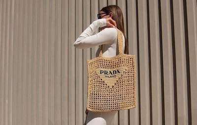 Інфлюенсери знайшли ідеальну сумку на літо – шопер від Prada: стильні образи