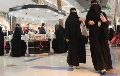 Катались на самокатах: откуда в Киеве столько туристок из Саудовской Аравии - фото