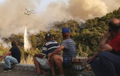 Тікали з валізами: через пожежі у Туреччині туристів евакуювали з готелів