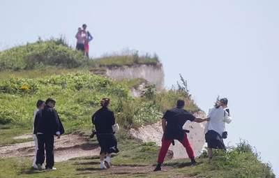 Селфи на краю опасного обрыва: в Британии чудом спаслись туристы – экстремальные фото