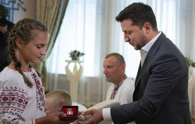Зеленський вручив медаль 12-річній українці, яка під час повені врятувала 4 дітей