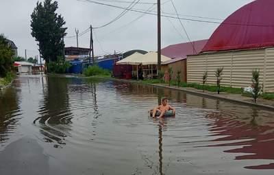 Зато медуз нет: в Геническе ливень превратил улицу в бассейн