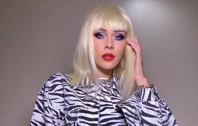 Юлія Саніна показала епатажний образ білявки в зебровому костюмі: яскраве фото