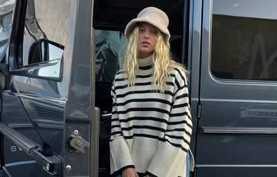Смугастий светр – тренд сезону: стильний образ показує шведка Ельза Госк