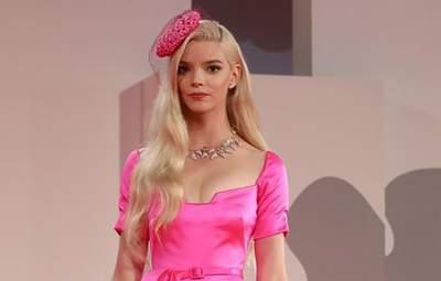 """Аня Тейлор-Джой завітала на прем'єру фільму """"Минулої ночі у Сохо"""" у рожевій сукні з бантом: фото"""