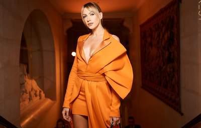 Леся Нікітюк приголомшила ефектним образом в морквяній сукні-жакеті: чарівні світлини