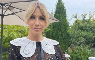 Леся Нікітюк захопила трендовим образом у блузі з коміром та стильних штанах: фото