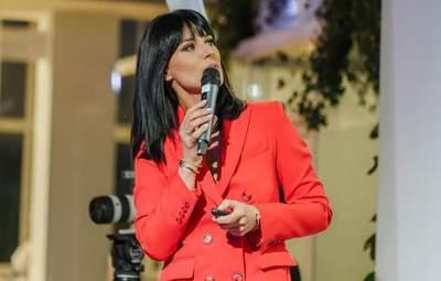 Маша Єфросиніна одягнула на виступ стильний червоний костюм: фото