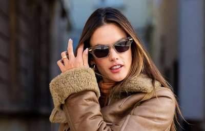 Дубленка – хит осени: стильный образ с кожаными штанами показывает Алессандра Амбросио