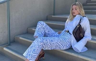 Цветотерапия в действии: Эльза Хоск показала, как разбавить образ голубыми штанами – яркие фото