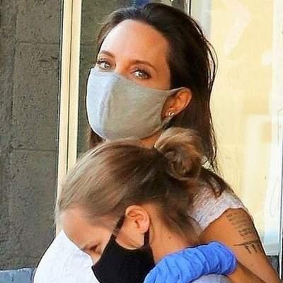 У літній сукні, захисній масці та рукавицях: Анджеліна Джолі вирушила на шопінг в Лос-Анджелесі