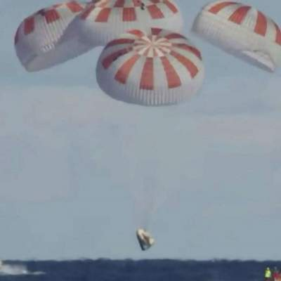 SpaceX успешно вернула Crew Dragon на Землю: приводнение экипажа – видео