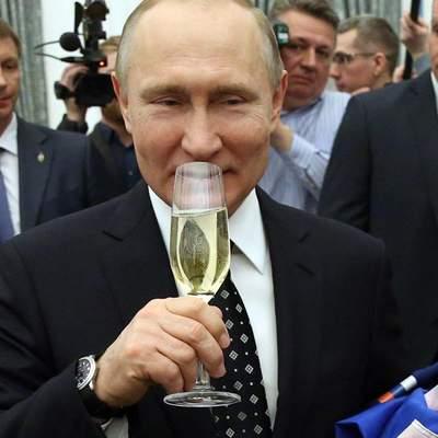 Россия зарегистрировала вакцину от COVID-19: ее уже ввели дочери Путина