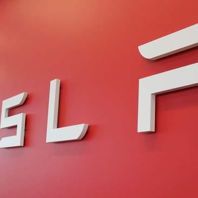 Tesla працює над фірмовим розумним годинником: витоки