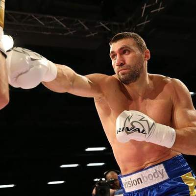 Українець Віктор Вихрист відправив у глибокий нокаут Енгуему та виграв третій бій