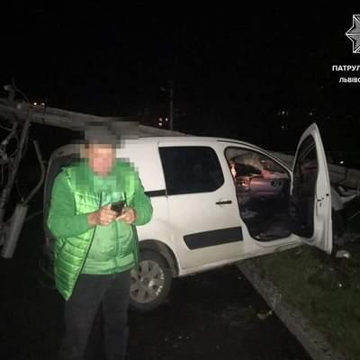 У Львові п'яний чоловік врізався в стовп: їхав забирати дитину з навчання — фото