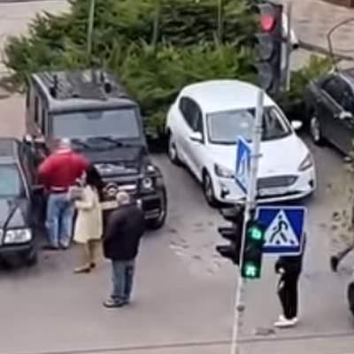 У Києві розлючена жінка кілька разів влетіла на Mercedes у Gelenvagen: відео