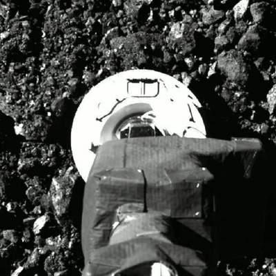 NASA показало кадры забора почвы зондом OSIRIS-REx с астероида Бенну