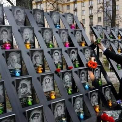 В Киеве неадекватный мужчина осквернил памятник Героям Небесной Сотни: возмутительное видео