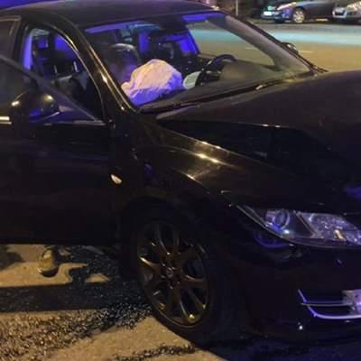Гонки по ночному Киеву закончились аварией: Mazda влетела в машину на обочине