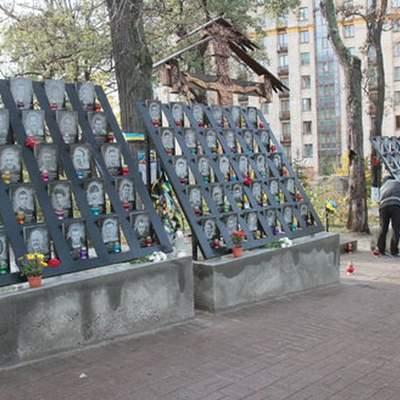 В Киеве полиция задержала студента, который осквернил Аллею героев Небесной сотни – видео
