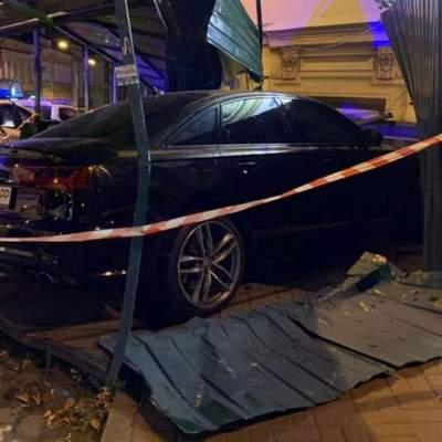 В центре Киева Audi на бешеной скорости влетела в дом: есть пострадавшие – фото