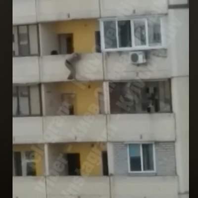 У Києві поліціянти врятували жінку від самогубства – відео 18+