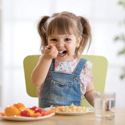 Почему дети любят сладкое и соленое: как научить есть полезную пищу