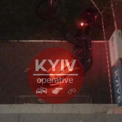 В Киеве на Позняках из окна многоэтажки выпрыгнула женщина: фото 18+