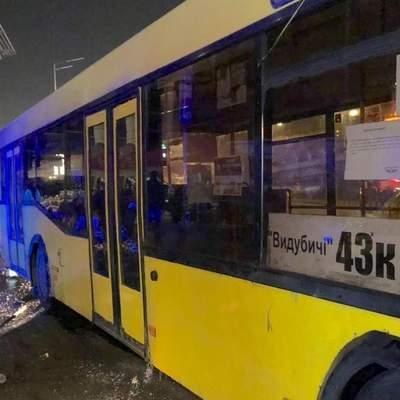 У Києві автобус зніс торговельний намет та наїхав на людей на зупинці, є загиблий: відео 18+