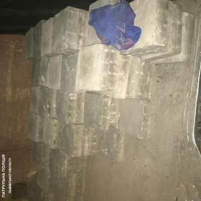Во Львове мужчины воровали уличную плитку: их поймали с поличным – фото