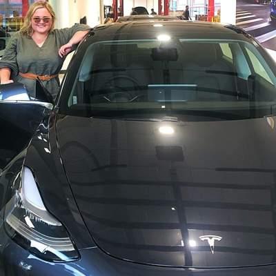 Власниця Tesla познущалася над викрадачами її авто: вона увімкнула дистанційне керування