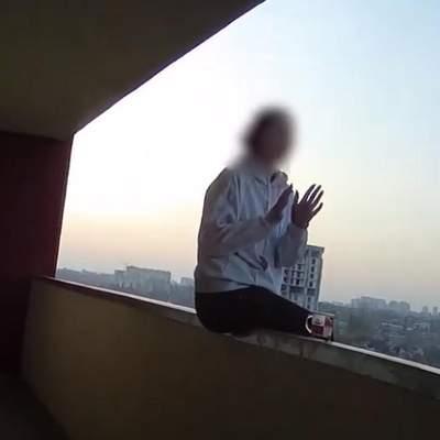 Встигли схопити за руку: у Києві патрульні завадили 20-річній дівчини стрибнути з висоти – відео