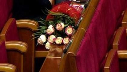 Регионал Мельник принес Геращенко на заседание ВР букет белых роз