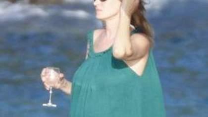 Беременная Ума Турман попивает алкогольные напитки