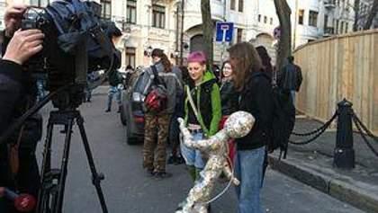 В Киеве 300 активистов принесли под офис Ахметова строительный мусор