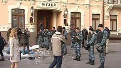 МВД: Активистка, которая пикетировала офис Ахметова, упала сама