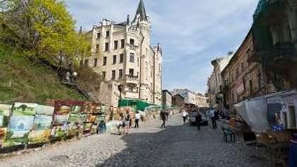 Жителям Андреевского спуска предлагают сделать платным проезд по улице