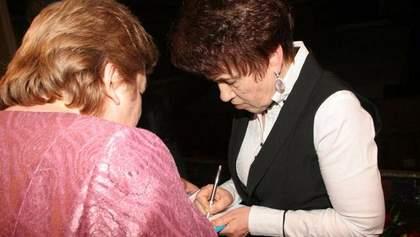 Людмила Янукович раздавала в опере автографы (Фото)