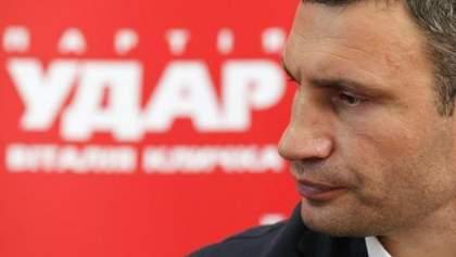 """Недовольные агитаторы """"УДАРа"""" пикетировали пресс-конференцию Кличко"""