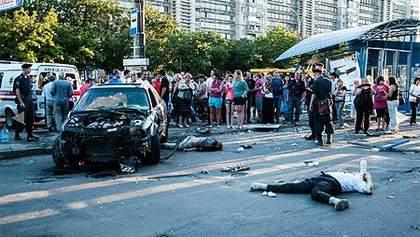 В Сумах Ауди разбило остановку и сбило двух человек, водителя не отпускали 500 очевидцев