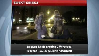 Daewoo влетів у Mercedes, з якого виходили пасажири з дитиною