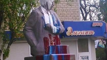 У Миколаєві облили фарбою пам'ятник Чорноволу