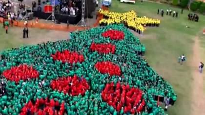 """Наибольшую """"человеческую"""" новогоднюю елку создали в Гондурасе"""